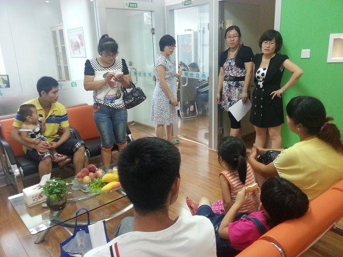 儿童家长们在济南经七路助听器验配中心