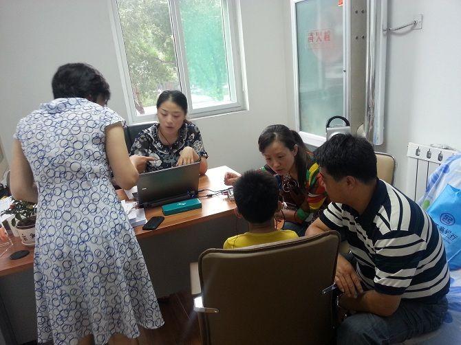 验配师们在为孩子选配助听器