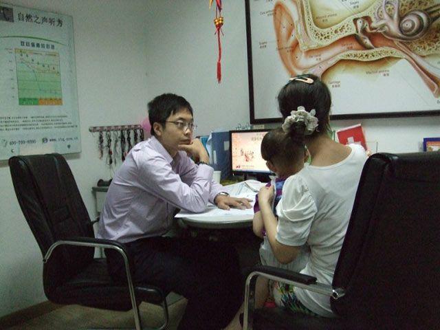 峰力专家姚文奇老师在给孩子验配助听器