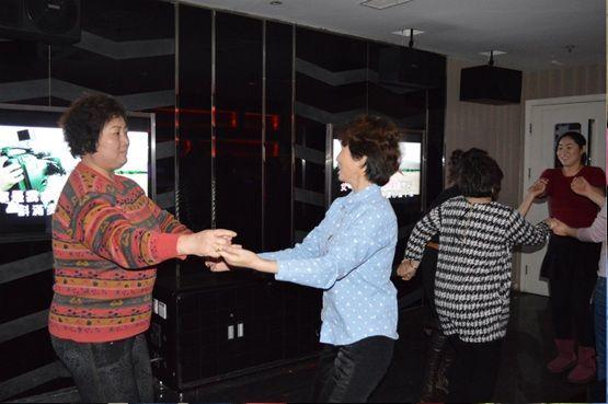 自然之声员工在ktv内欢歌起舞