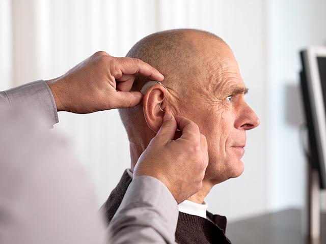 老人佩戴助听器