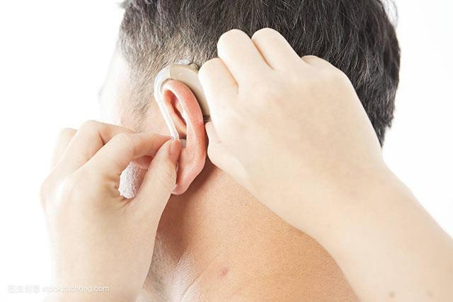 佩戴助听器