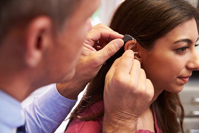 噪音环境下佩戴助听器