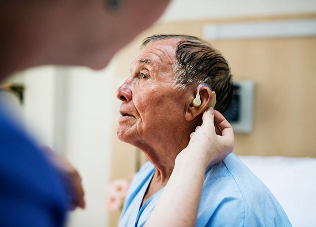 为老人选配助听器
